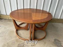 Ensemble Vintage De Plan G De Modèle De Mi-siècle De 4 Tables Latérales De Café Faisant La Table Ronde